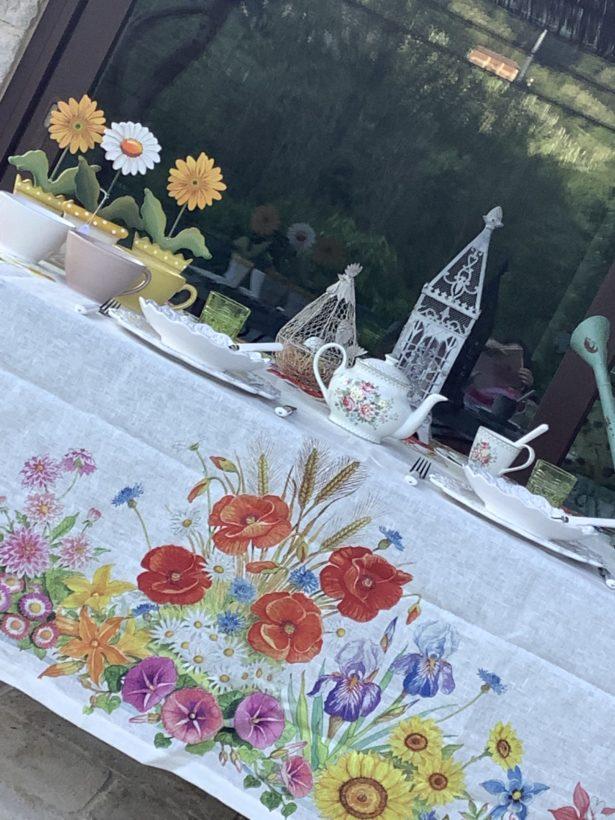Tovaglia in lino e tappeti decorativi